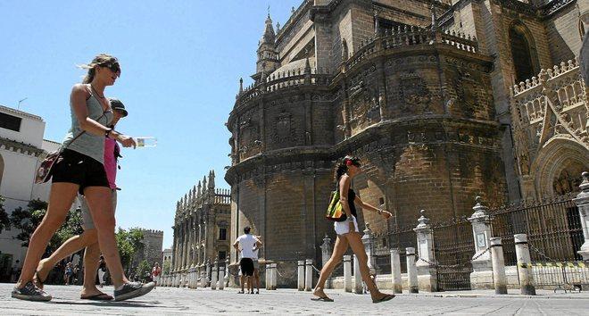 Turistas en el entorno de la Catedral de Sevilla.