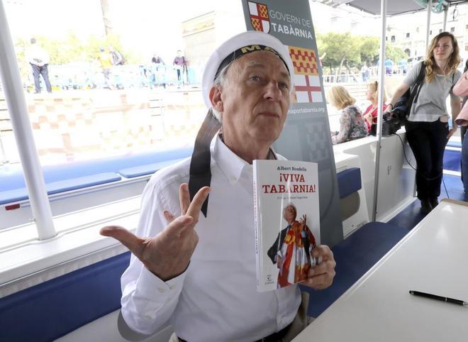 Albert Boadella firmando libros de 'Viva Tabarnia' en la Fiesta de...