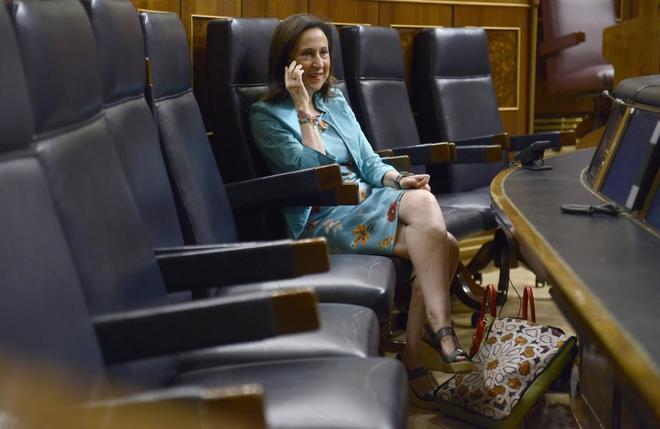 Margarita Robles, ministra de Defensa, habla por teléfono desde su...