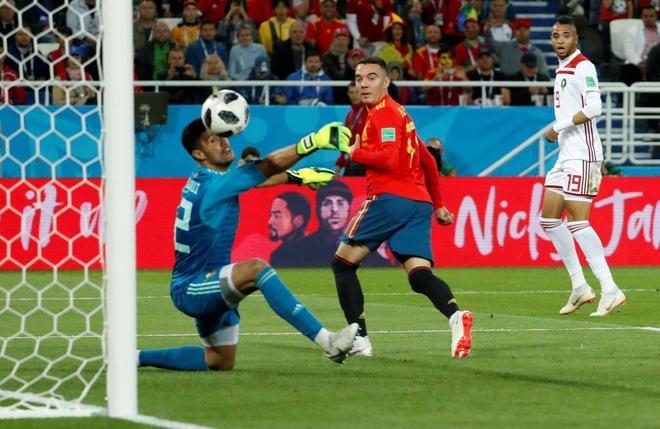 Iago Aspas remata para lograr el gol del empate contra Marruecos.