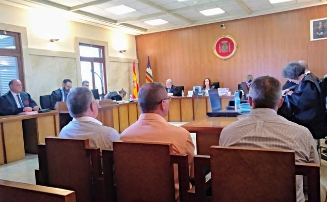 Los policías en el juicio que se celebró en Palma por las vejaciones a su compañera lesbiana.