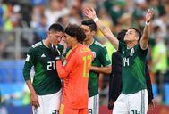 Ochoa reconforta a Álvarez mientras 'Chicharito' celebra la clasificación.