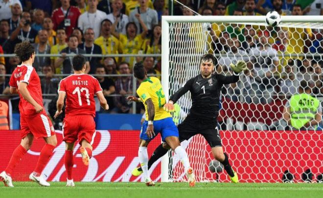 Paulinho marca el primer gol ante Serbia. FACUNDO ARRIZABALAGAEFE
