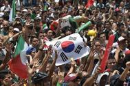 Cientos de mexicanos reunidos alrededor del monumento Ángel de la Independencia.