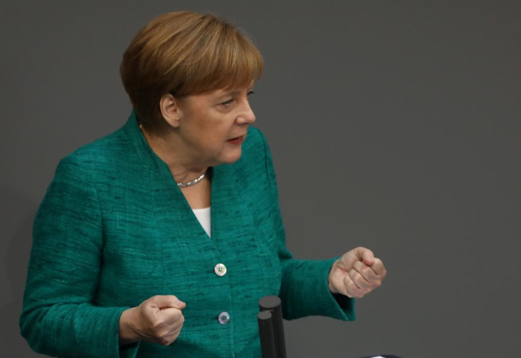 La canciller alemana, Angela Merkel, se dirige a la cámara baja en el Bundestag.
