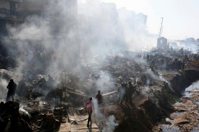 Los servicios de rescate trabajan para sofocar el fuego en un mercado de Nairobi.