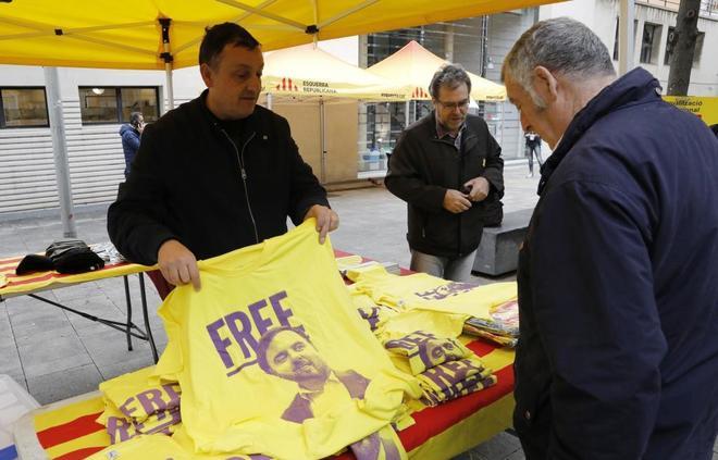 Un hombre vende camisetas a favor de la puesta en libertad de los...