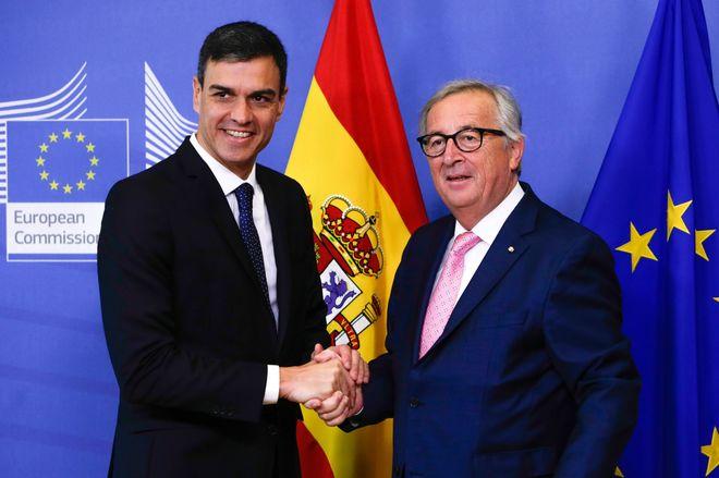 Pedro Sánchez junto al presidente de la Comisión Europea,...