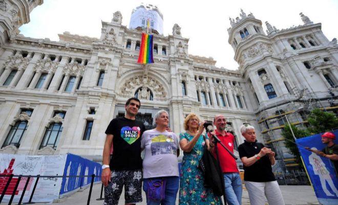 La alcaldesa Manuela Carmena, este jueves tras colgar la bandera gay de la fachada del Ayuntamiento.