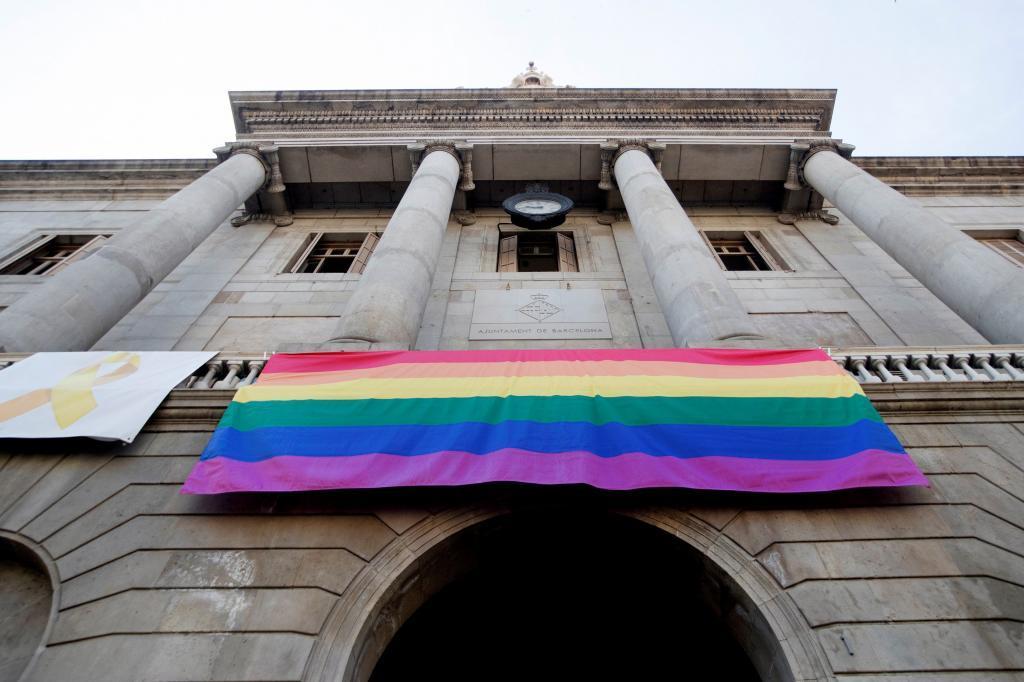 Bandera LGTBI en la fachada del Ayuntamiento de Barcelona