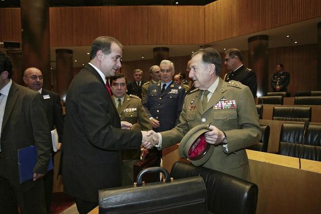 Francisco Pardo saluda al director del CNI, Félix Sanz Roldán, en un...