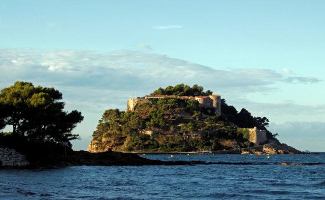 El fuerte de Brégançon, el refugio de los presidentes de Francia en la Costa Azul, recibe este verano la primera visita del matrimonio Macron. Emmanuel y Brigitte veranearon el año pasado en Marsella.