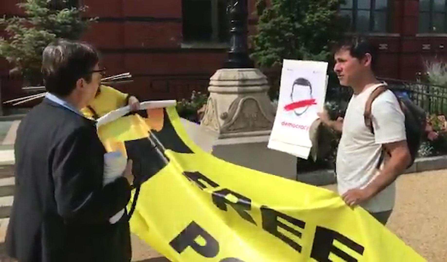 La Fundación Smithsonian retira los discursos de Torra y Morenés e impide la exhibición de símbolos independentistas