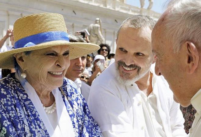 Miguel Bosé, junto a su madre, en su encuentro con el Papa.