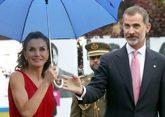 Los Reyes Felipe y Letizia, a su llegada, ayer, a la ceremonia de...