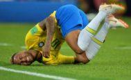 Neymar Jr se queja de una falta en un partido del Mundial de Rusia.
