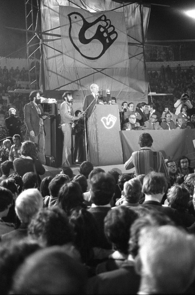 Tierno Galván dando un mitin en la campaña de las elecciones...