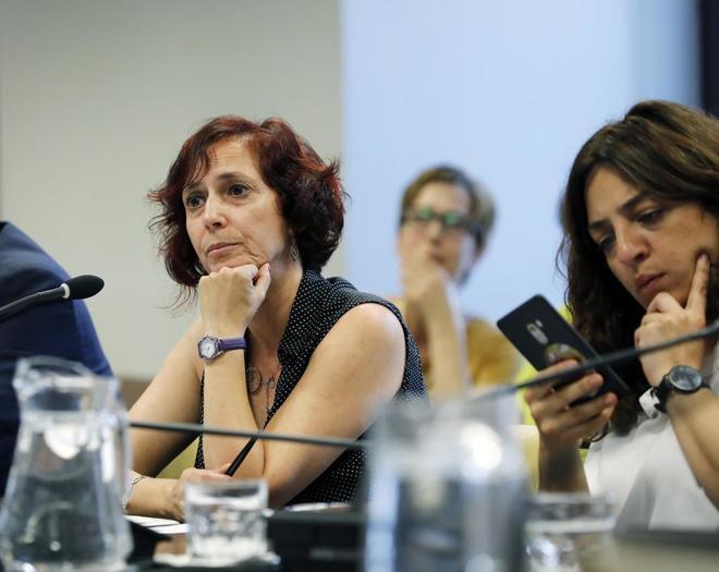 La asesora municipal Rosa Domínguez, junto a la edil Celia Mayer, en su comparecencia.
