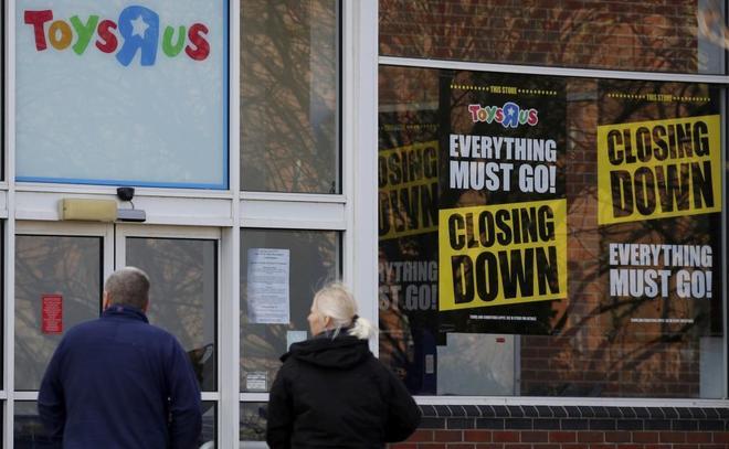 Carteles de cierre en un establecimiento de Toys 'R' us.