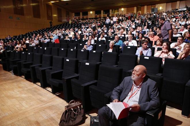 José Félix Tezanos, en primera fila, durante el congreso del PSOE...
