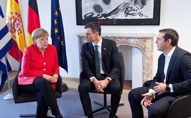 De izquierda a derecha, Angela Merkel, Pedro Sánchez y Alexis...