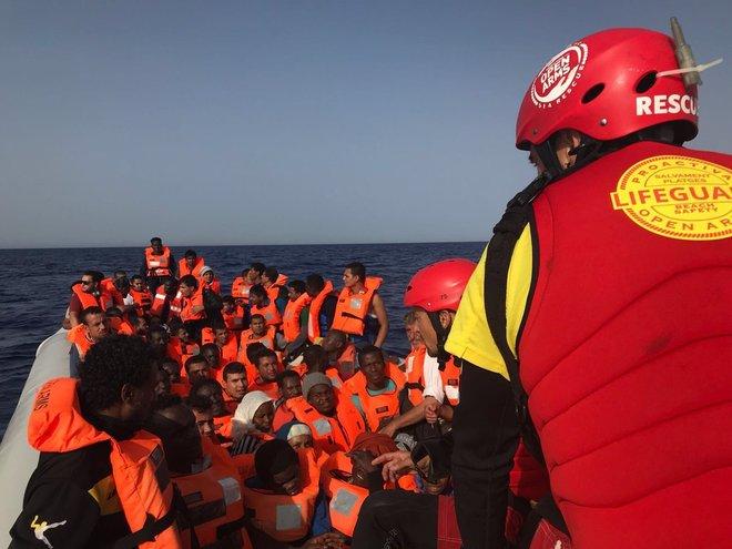 Rescate en aguas del Mediterráneo por parte de miembros de la ONG Proactiva Opem Arms.