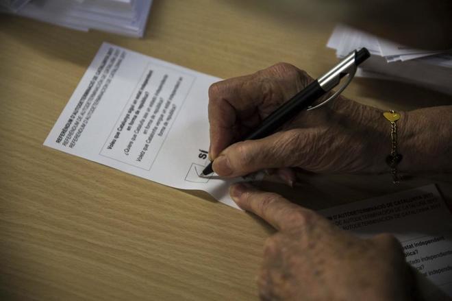 Una señora rellena su papeleta a favor de la independencia el pasado 1 de octubre