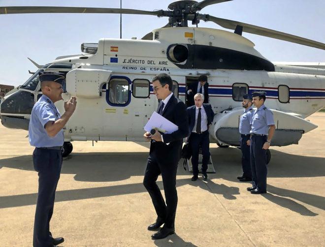 El presidente del Gobierno, Pedro Sánchez, ante el helicóptero Super...