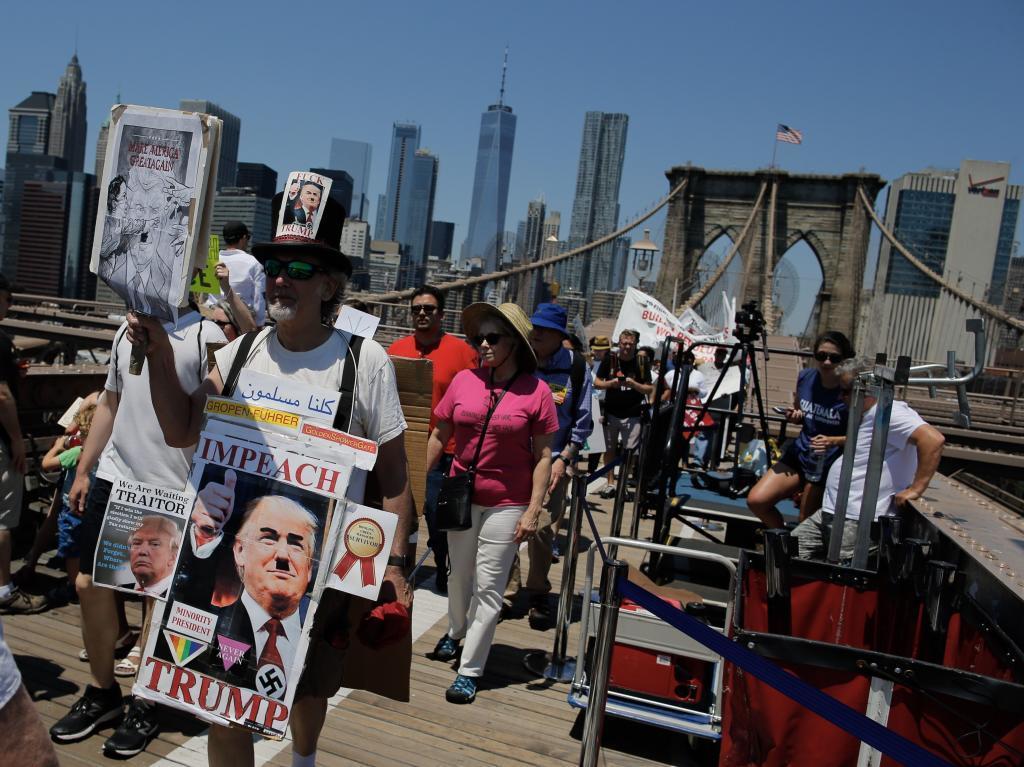 La marcha contra la política migratoria de Trump atraviesa el puente...