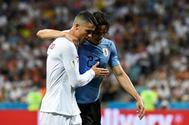 Cristiano Ronaldo ayuda a Cavani a salir del campo tras su lesión.