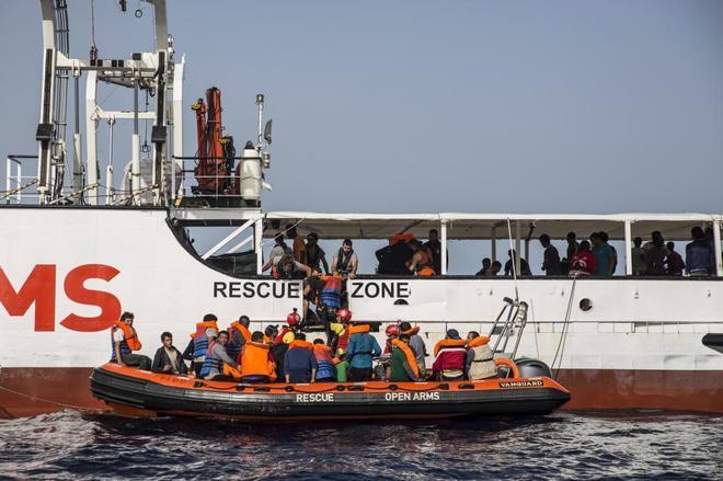 La ONG Proactiva Open Arms ha rescatado un bote de goma donde viajaban 59 personas.