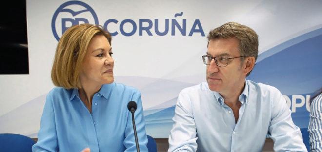 La candidata a presidir el PP, María Dolores de Cospedal, junto al...