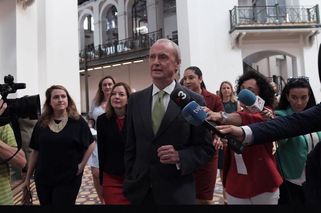 El embajador de España en Washington, Pedro Morenés, habla con los periodistas a su llegada hoy, jueves 28 de junio de 2018, al Smithsonian Arts & Industries en Washington