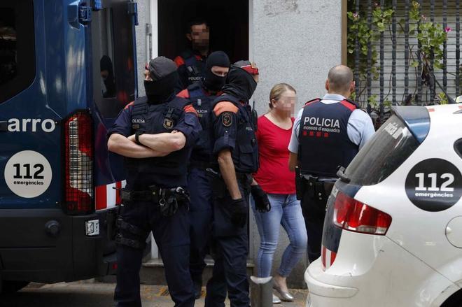 Los Mossos d'Esquadra trasladan en Badalona a uno de los detenidos en la operación