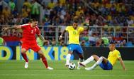 Los brasileños Paulinho y Casemiro tratan de arrebatar un balón al serbio Mitrovic.