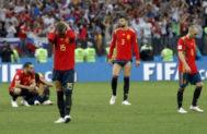 Los jugadores de España se lamentan tras caer eliminados.