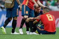 Koke es consolado por Saúl y otros jugadores tras fallar el penalti en Moscú.