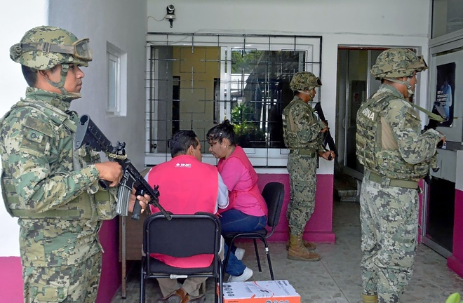 Miembros de la Armada mexicana vigilan un centro electoral, en el Distrito 4 de Acapulco.