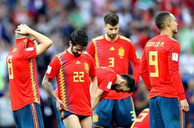 Koke, Isco, Busquets, Piqué y Rodrigo, tras la eliminación de España en el Mundial.