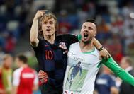 Modric celebra con el portero croata, Danijel Subasic, la victoria frente a Dinamarca.