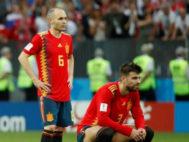 Iniesta y Piqué, durante la tanda de penaltis entre España y Rusia.