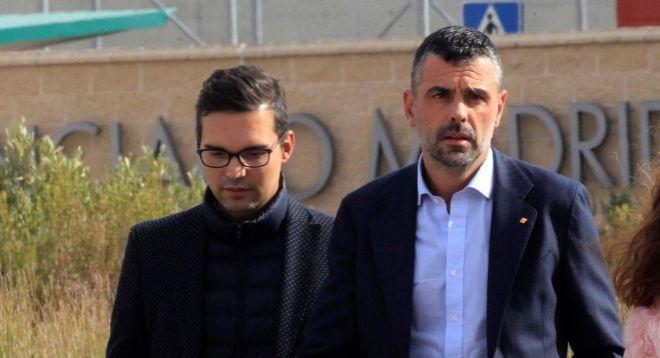 Javier Luque, junto a su ya marido, Santi Vila, a la salida de la cárcel de Estremera.