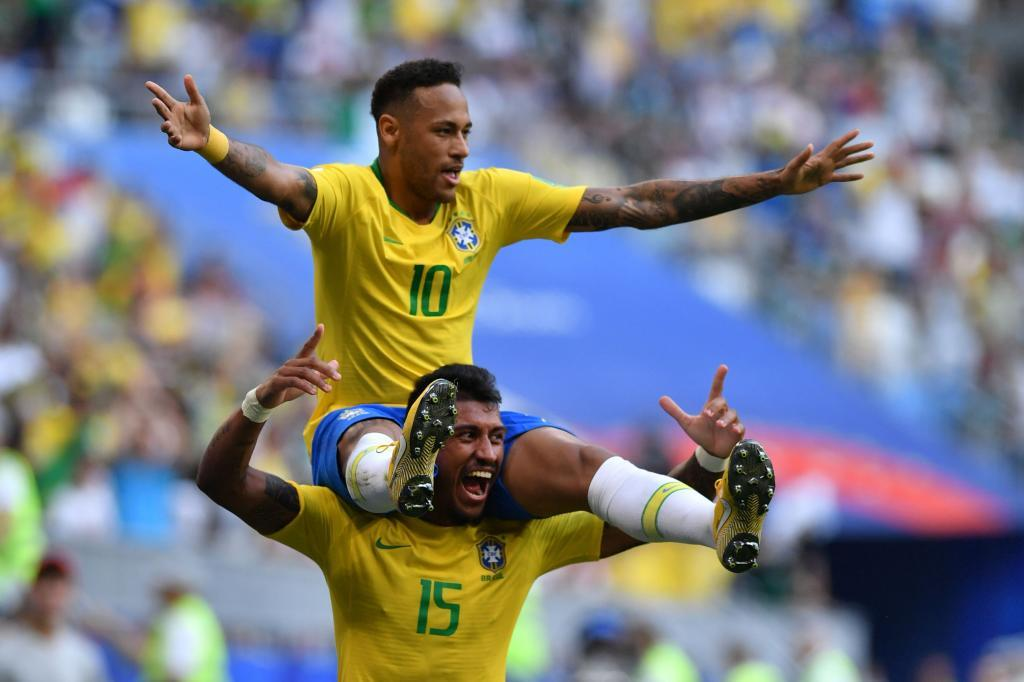 TOPSHOT - Brazil's forward Neymar celebrates with Brazil's midfielder Paulinho after scoring the opening goal during the Russia 2018 World Cup round of 16 football match between Brazil and Mexico at the Samara Arena in Samara on July 2, 2018. / AFP PHOTO / Fabrice COFFRINI / RESTRICTED TO EDITORIAL USE - NO MOBILE PUSH ALERTS/DOWNLOADS