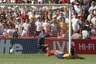 Andrés Escobar despeja a su propia portería el gol que le costaría la vida, en el Mundial'94.