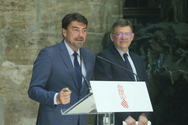 El alcalde de Alicante, Luis Barcala (PP), comparece ante la presencia del presidente de la Generalitat, el socialista Ximo Puig