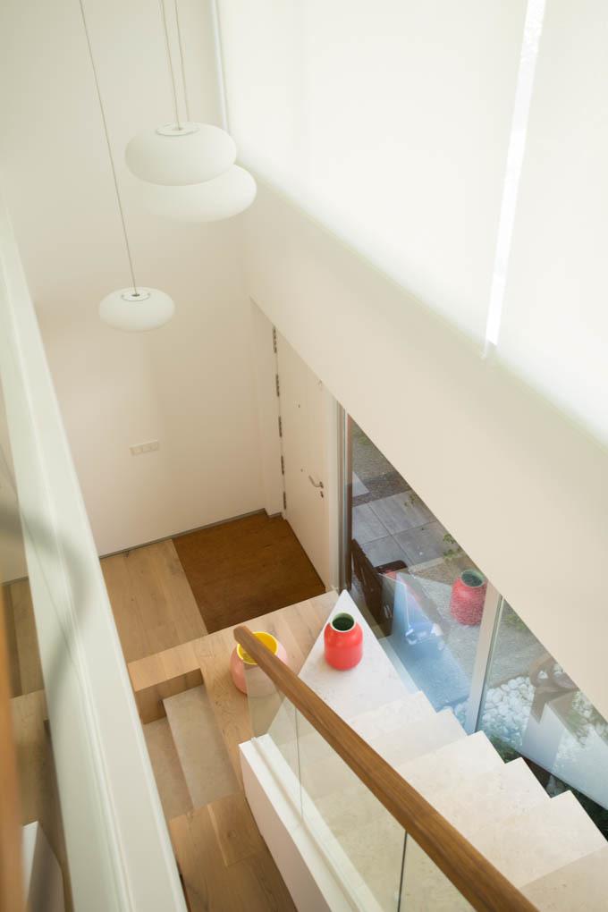 Escalera de piedra caliza y lámparas diseñadas por Lievore Altherr...