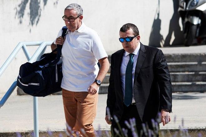 Diego Torres (i), acompañado de su abogado Gonzalez Peters (d),...