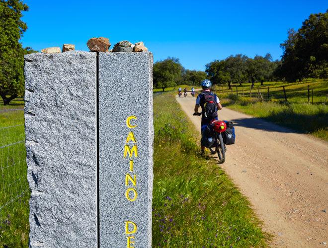 Varios peregrinos en bicicleta rumbo a Santiago de Compostela.