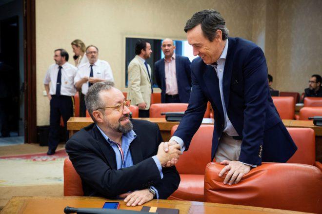 El portavoz del PP en el Congreso, Rafael Hernando, saluda al portavoz...