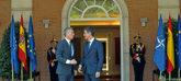 El secretario general de la OTAN, Jens Stoltenberg, y el presidente...